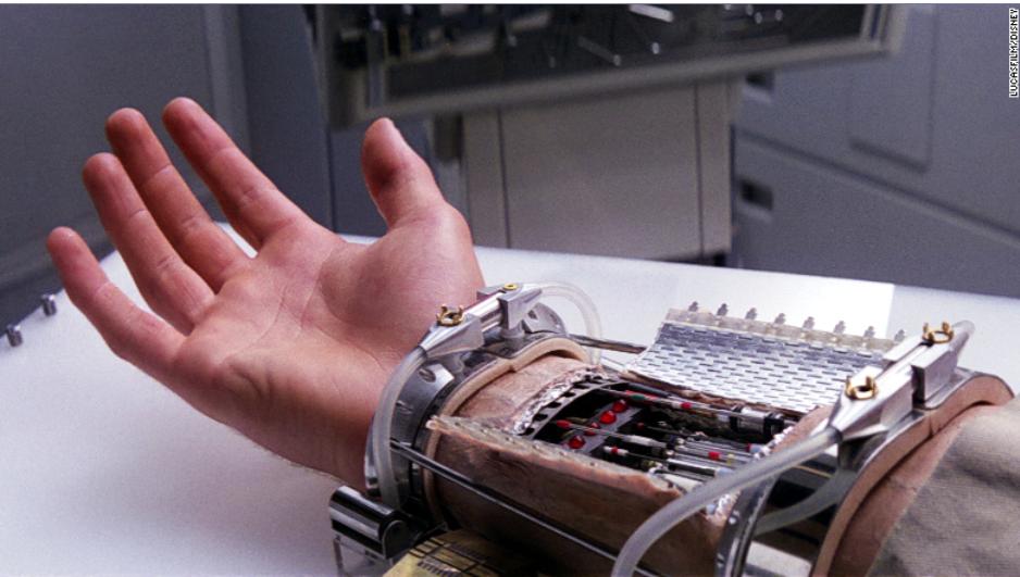 photo de la main de Luke Skywalker, dans Star Wars. Elle ressemble à une main organique mais elle est ouverte au niveau du poignet, on peut y voir des cables et un dispositif élextronique