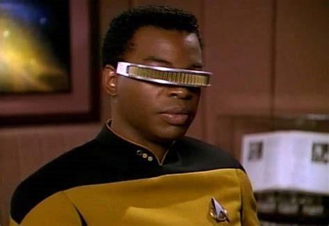 photo du personnage Geordi La Forge, de Star Trek, un personnage aveugle avec des lunettes spéciales qui lui permettent de voir