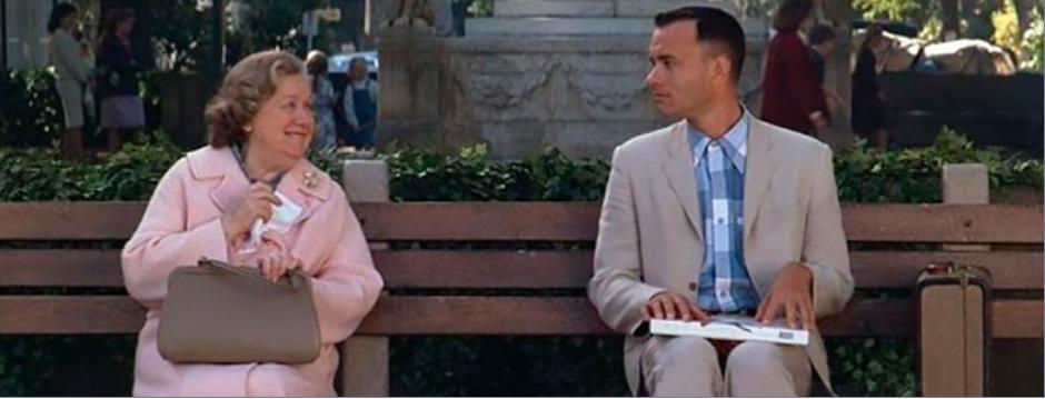 photo d'une scène de Forrest Gump où on voit le personnage assis sur un banc, une dame discute avec lui
