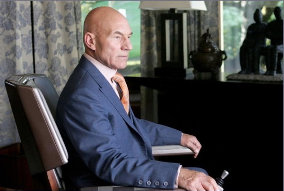 photo du Professeur X dans un film des X-Men,l'homme blanc en fauteuil roulant qui sert de mentor aux autres personnages