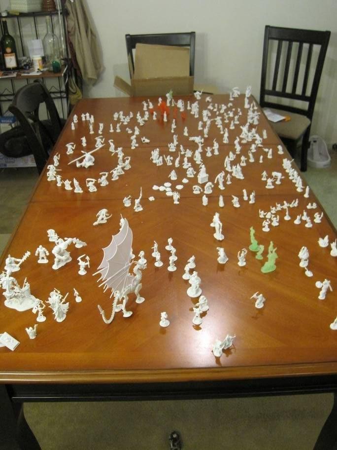 """""""Table de tri"""", couverte de figurines en plastique"""