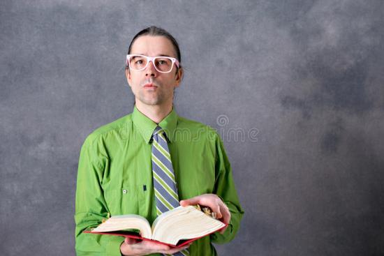 image de stock d'un professeur tenant un immense volume