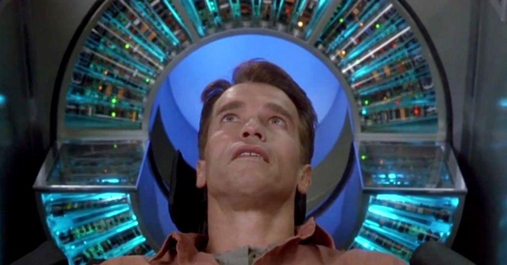 Photo du film Total Recall, on voit l'acteur, la tête dans une machine allumée, prêt à se faire implanter des souvenirs